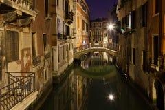 Nachtphotographie eines venetianischen Kanals nachts Lizenzfreies Stockfoto