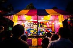 Nachtphotographie von gewinnenden Preisen des bunten Spielstandes für Puppen an der Gemeinschaftsspaßmesse, Parramatta-Park Stockfotografie