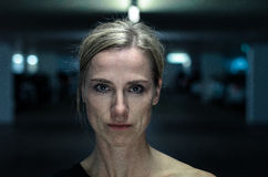 Nachtporträt einer attraktiven intensiven Frau Lizenzfreies Stockbild