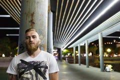 Nachtporträt eines Mann-Drogenverkäufer-Gruppenmitgliedsbanditen der Straße bärtigen Lizenzfreies Stockfoto