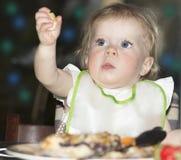 Nachtporträt im Freien des Babys auf der Feiertagstabelle Lizenzfreie Stockfotos