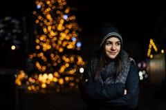 Nachtportret van een mooie donkerbruine vrouw die genietend van de winter in park glimlachen De wintervreugde De vakantie van de  royalty-vrije stock afbeeldingen