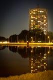 Nachtreflexionen im Wasser Lizenzfreie Stockbilder