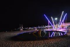 Nachtrust op het strand van de Zwarte Zee met een kinderen` s pool, een trampoline gekleed met diodebanden en strandparaplu's lan stock foto's
