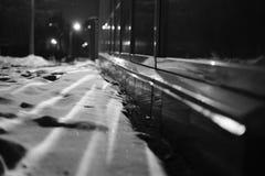 Nachts der Schnee in der Stadt Lizenzfreie Stockfotos