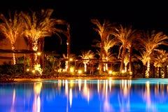 Nachts an einem Pool Lizenzfreie Stockfotos