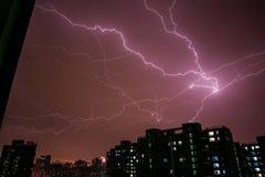 Nachts schlug Blitz ein Gebäude Stockfotografie