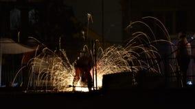 Nachtscène die de arbeiders tonen die van de spoorwegnacht door vonken worden omringd royalty-vrije stock afbeelding