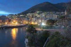 Nachtscène die in Nervi Genua de haven overzien royalty-vrije stock fotografie