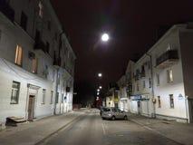 Nachtscène in een oude stad in Europa stock afbeeldingen