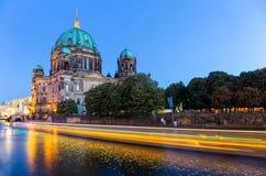 Nachtscène met Berlin Cathedral, Duitsland Stock Afbeeldingen