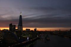 Nachtscène op rivier Theems centraal Londen, de scherf Stock Afbeelding