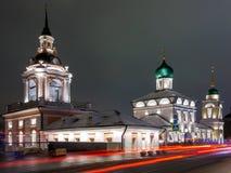 Nachtscène op Varvarka-Straat, dichtbij het Kremlin, in Moskou, Rusland royalty-vrije stock afbeeldingen