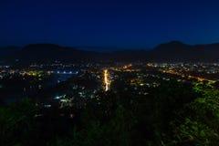 Nachtscène van cityscape vanuit gezichtspunt bij Onderstel Phousi Stock Foto