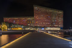 Nachtscène van Harpa Concert Hall in Reykjavik haven Stock Foto