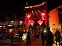 Nachtscène van het restaurantstraat van Nan-Tchang met de historische bouw stock foto's