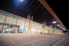 Nachtscène van Lviv-Luchthaven Stock Afbeeldingen