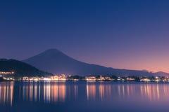 Nachtscène van MT-fuji en de stad rond kawaguchimeer, Japan Stock Fotografie