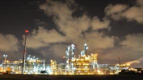 Nachtscène van Olie en Chemische Installatie - Tijdtijdspanne stock footage