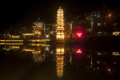 Nachtscène van Pagode bij de oude stad van Fenghuang Stock Foto's