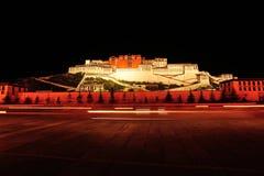 Nachtscène van potalapaleis, Tibet stock afbeeldingen