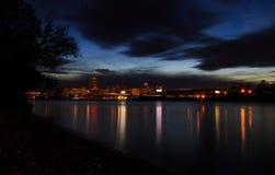 Nachtscène van stedelijk Albany van Rensselaer-dokken over Hudson River Royalty-vrije Stock Afbeeldingen