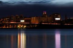Nachtscène van stedelijk Albany van Rensselaer-dokken over Hudson River Stock Afbeelding