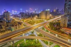 Nachtscène van stedelijke weg royalty-vrije stock afbeelding
