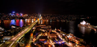 Nachtscène van Sydney Harbour met Operahuis en Havenbrug Stock Foto