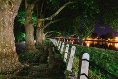 Nachtscène van verlaten zijgang dichtbij rivier royalty-vrije stock afbeeldingen