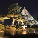 Nachtscène, verlichting in de Engelse tuin van Kenroku in Kanazawa royalty-vrije stock afbeeldingen