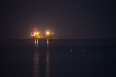 Nachtschiff im Meer Stockfotos