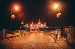Nachtschloss in der alten Stadt lizenzfreies stockbild