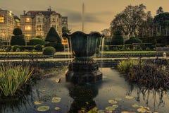 Nachtschlosspalastgartenwasserfontana-Säubernplatz Stockfotos