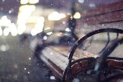 Nachtschnee-Parkbank Stockfoto