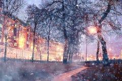 Nachtschneefälle in der alten Stadt Lizenzfreie Stockbilder