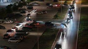 Nachtschot van een overvol parkeerterrein die uit na een grote gebeurtenis leegmaken stock footage