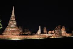 Nachtschot van onvolledige kleine stupa in de ruïnes van oude overblijfselen bij Wat Mahathat-tempel stock afbeeldingen