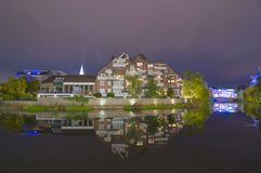 Nachtschußreflexion vom Wohngebäude Lizenzfreie Stockbilder
