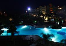 Nachtschwimmbad Stockfotos