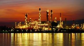Nachtscène van Olieraffinaderij Stock Foto's