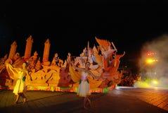 Nachtshow von traditionellen Kerzen Jahrestagsanbetung im Buddhismus Lizenzfreie Stockfotos