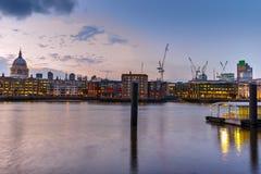 Nachtskyline der Stadt von London und von Themse, England Lizenzfreie Stockfotos