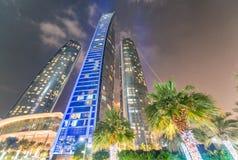 Nachtskyline von Abu Dhabi Stadt-Leuchten Stockbild