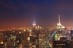 NachtSkyline von NYC Stockbild