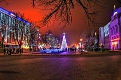Nachtstad in de de winternacht Stock Afbeeldingen
