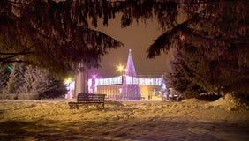 Nachtstad in de nacht van het nieuwe jaar royalty-vrije stock afbeeldingen