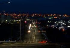 Nachtstad en Weg royalty-vrije stock afbeelding