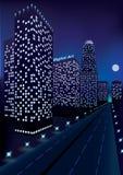 Nachtstad met skyscrapes in perspectief dichtbij de weg en maan in donkerblauwe hemel vector illustratie