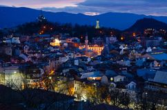 Nachtstad Plovdiv, Bulgarije Weergeven van ??n van de heuvels royalty-vrije stock foto